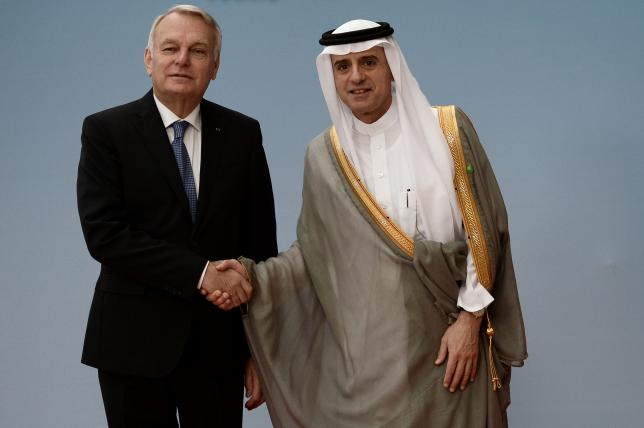 French Foreign Minister Jean-Marc Ayrault (L) shakes hands with Saudi Foreign Minister Adel al-Jubeir  prior to an international and interministerial conference in a bid to revive the Israeli-Palestinian peace process, in Paris, France, June 3, 2016.   REUTERS/Stephane de Sakutin/Pool