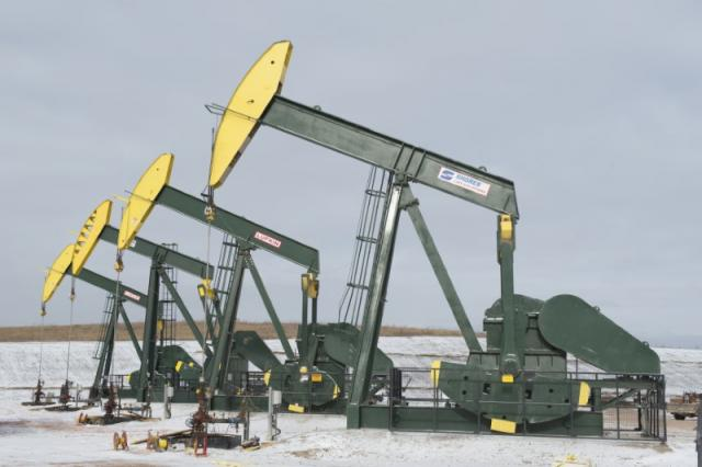 Pumpjacks taken out of production temporarily stand idle at a Hess site while new wells are fracked near Williston, North Dakota November 12, 2014.    REUTERS/Andrew Cullen/File Photo