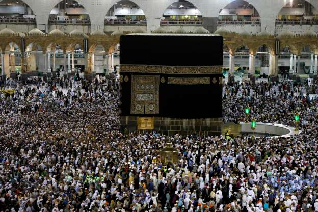 Muslim pilgrims pray in Mecca as haj winds down without incident